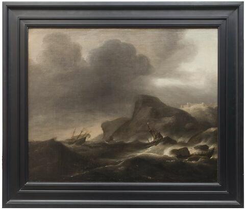Bateaux sur une mer agitée près d'une côte rocheuse