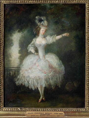 Danseuse (vue de face et tendant le bras gauche en avant)
