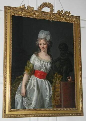 Portrait de jeune femme s'appuyant à une statue d'amour, dit traditionnellement, Mme Papillon de la Ferté