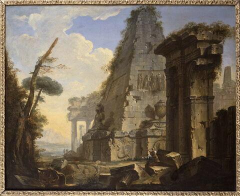 Ruines antiques avec une pyramide