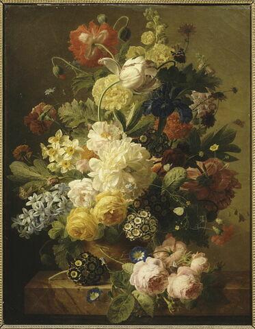 Fleurs dans un vase d'agate sur une console de marbre