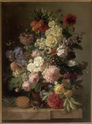 Fleurs dans un vase d'agate placé sur une console de marbre