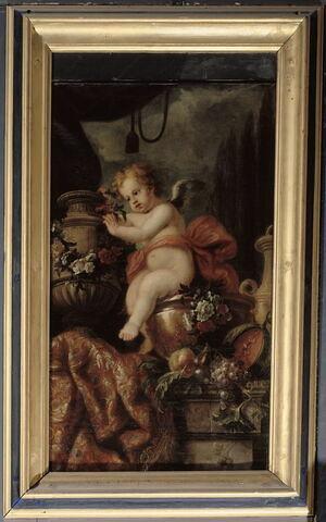 Un Amour posant des fleurs sur un vase de marbre