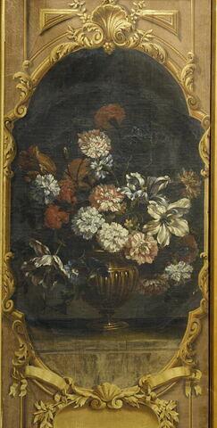 Vase d'or contenant des fleurs