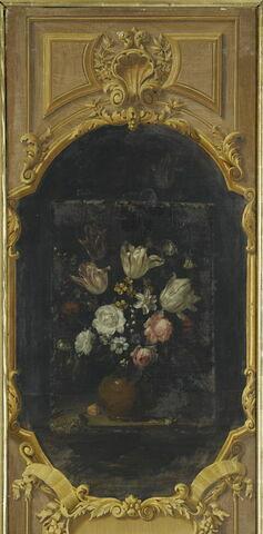 Vase de terre rempli de fleurs