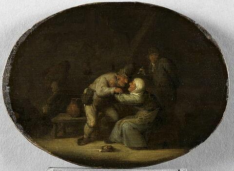Scène d'intérieur avec homme embrassant une vieille femme