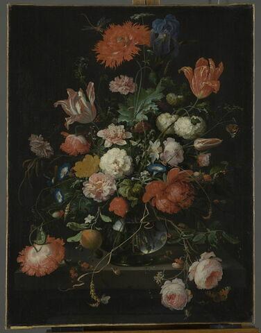 Fleurs dans une carafe de cristal placée sur un piédestal en pierre, avec une libellule