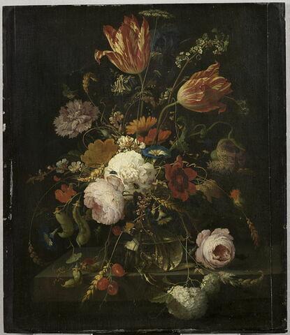 Fleurs dans une carafe de cristal, avec une branche de pois et un escargot