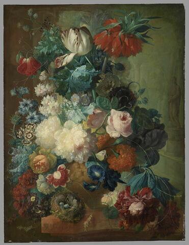 Fleurs dans un vase et nid d'oiseau sur fond de parc avec statues