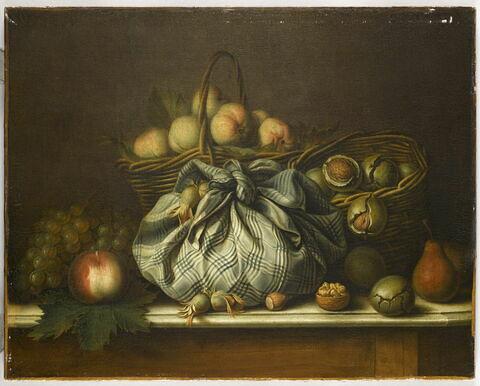 Corbeille de fruits, nèfles, noix et noisettes dans un mouchoir noué.