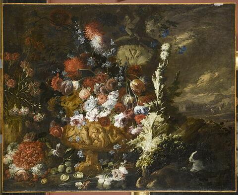 Vase de fleurs et fruits dans un paysage
