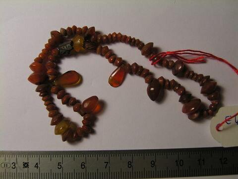 collier ; perle biconique ; amulette ; scarabée