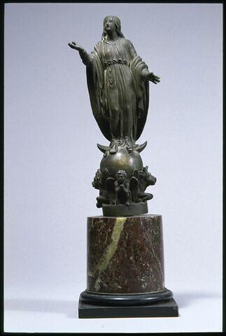 Vierge sur un globe à symbole d'évangéliste