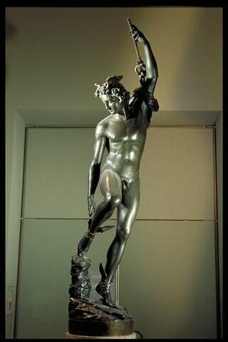 Mercure, après avoir tranché la tête à Argus, remet ses talonnières pour remonter dans l'Olympe.
