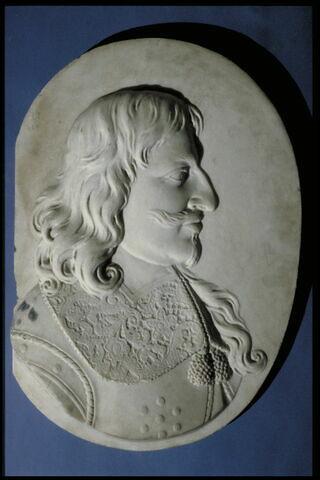 Homme portant barbiche, de profil à droite