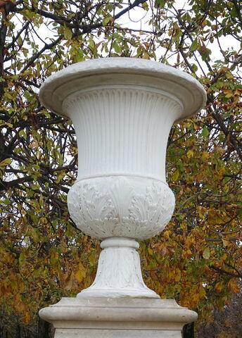 Vase orné de cannelures et de feuilles d'acanthes