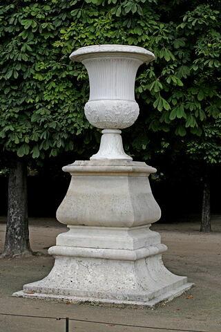 Vase à décor de cannelures et de feuilles d'acanthes