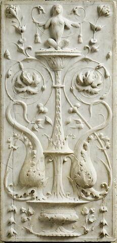 Panneau symétrique à décor de candélabre. Une coupe avec deux dauphins au milieu d'arabesques, de feuillage,une créature hybride à son sommet