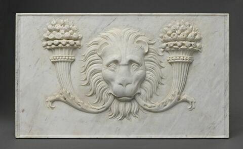 Panneau décoré d'un mufle de lion encadré par deux cornes d'abondance