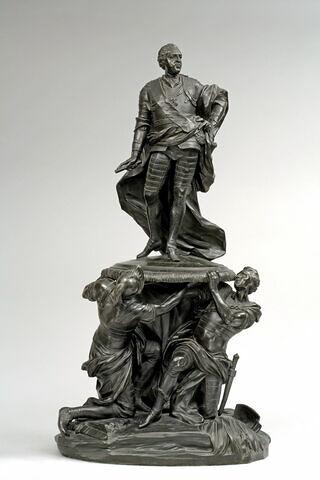 Louis XV porté sur un pavois par trois soldats