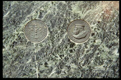 Socle incrusté d'une médaille (avers et revers) de 1556