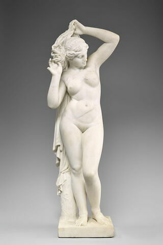Venus soulevant sa draperie