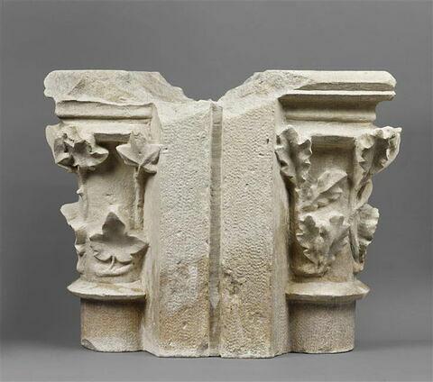 Fragment de meneau avec deux chapiteaux décorés, l'un de feuilles chêne, l'autre de feuilles de lierre