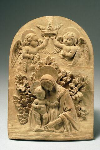 La Vierge et l'Enfant sur un fond de feuillage, couronné par deux anges