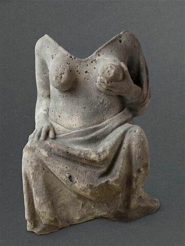 Femme se pressant un sein