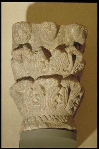 Chapiteau décoré de feuillages, de masques et de dents de scie