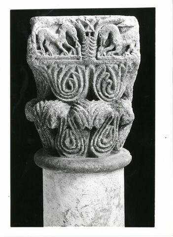 Chapiteau décoré de deux rangées de palmettes et d'animaux affrontés