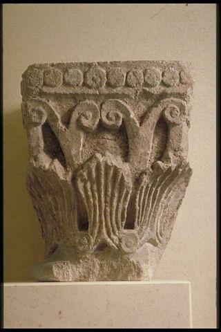 Chapiteau décoré sur trois faces de motifs végétaux