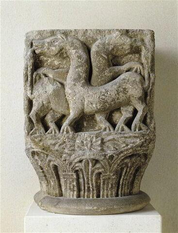 Chapiteau décoré sur trois faces de deux aigles aux ailes déployées, de deux quadrupèdes s'entre-dévorant la queue et d'un motif de vannerie