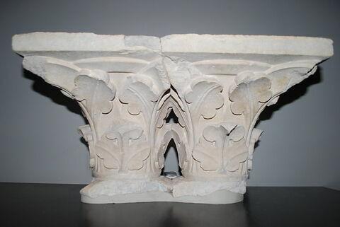 Deux chapiteaux, primitivement accolés, décorés de feuillage