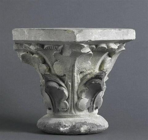 Chapiteau décoré de feuillage