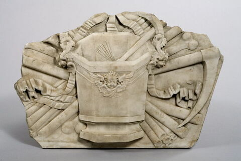 Trophée funéraire orné d'un bénitier d'un goupillon et d'outils de fossoyeurs. Element du monument funéraire de Valentine Balbiani (1518-1572), épouse de René de Birague