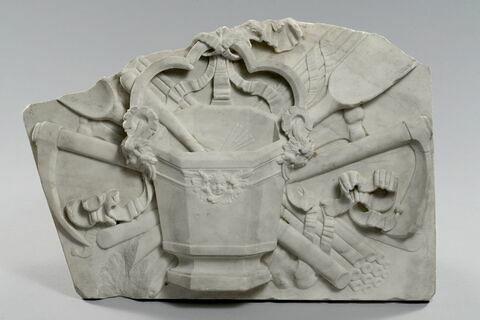 Trophée funéraire orne d'un bénitier d'un goupillon et d'outils de fossoyeur. Element du monument funéraire de Valentine Balbiani (1518-1572), épouse de René de Birague