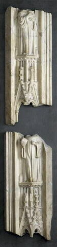 Pinacle surmonté d'une figure mutilée d'ecclésiastique tenant un livre