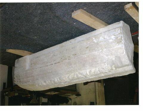 Partie gauche d'un linteau décoré de l'Agneau divin (autrefois au centre) et portant une inscription