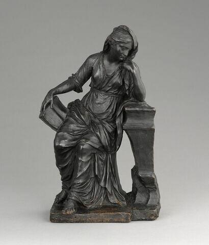 Femme accoudée sur l'angle d'un tombeau tenant un livre