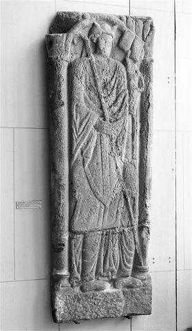 Dalle funéraire ou effigie commémorative d' un abbé