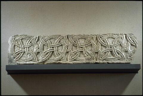 Fragment de frise décoré d'entrelacs