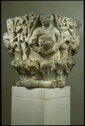 Chapiteau décoré de figures en buste et de palmettes