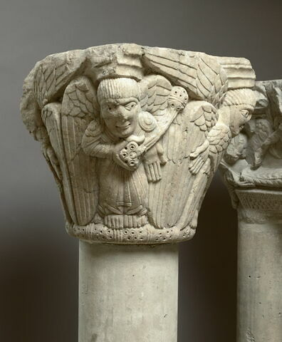 Chapiteau décoré d'anges et séraphins