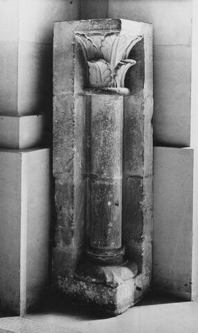 Chapiteau décoré de feuillage, colonnette engagée et base à griffes