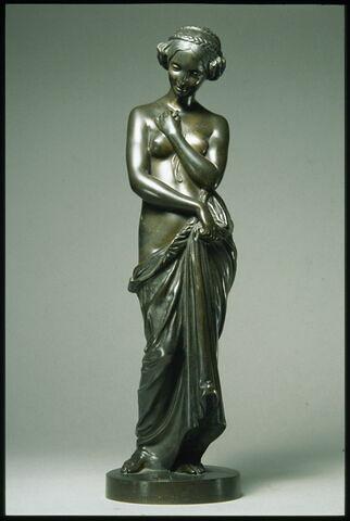 Femme tenant un médaillon