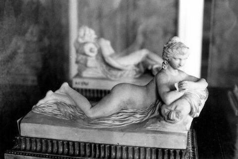 Jeune femme nue couchée sur le ventre et lisant une lettre