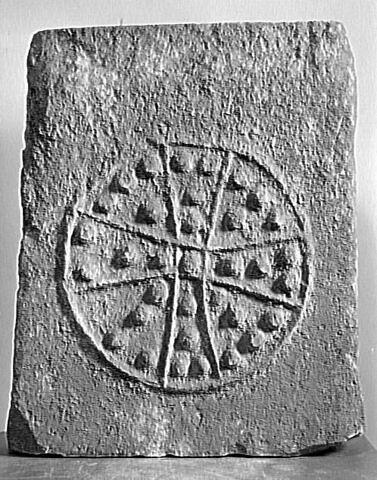 Panneau de sarcophage décoré d'un motif cruciforme
