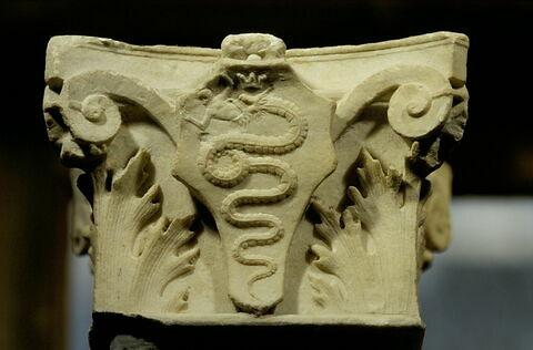 Chapiteau composite décoré sur trois faces avec le blason de la famille Visconti