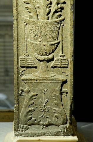 Pilastre décoré sur une face (bucrane)
